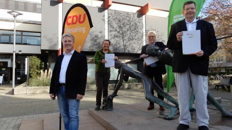 Gruppenfoto der Unterzeichner am Brunnen Rathaus