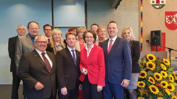 Ministerin Scharrenbach (5. v.r.) zusammen mit ihrem Landatgskollegen Gregor Golland (2v.r.) und dem Vorstand des CDU Stadtverbandes Wesseling.