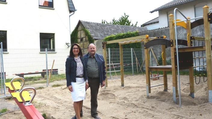 CDU Ratsfrau Giovanna Keilhau (li.) und CDU Fraktionsvorsitzender Manfred Rothermund (re.) am neuen Spielplatz