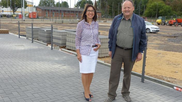 CDU Ratsfrau Giovanna Keilhau (li.) und CDU Fraktionsvorsitzender Manfred Rothermund (re.) am neuen Sportplatz