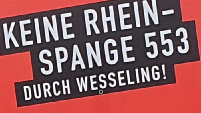 Bildausschnitt: Teil des Protestplakates der Bürgerinitiative gegen eine Brücke in Wesseling und Urfeld.